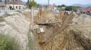 Földomlás a vasútépítésnél – lezárták a 10-es utat Pilisvörösváron