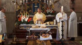 Ünnepi mise és kenyérszentelés Solymáron