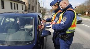 Csokitojást és sört osztanak a rendőrök